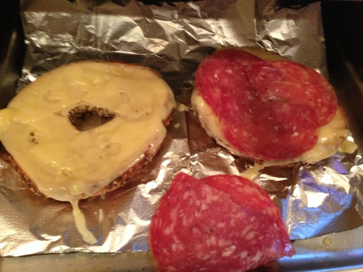 bagel_with_cheese_and_salami